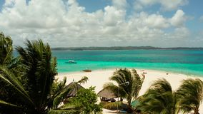 Isla tropical de Daco con una playa arenosa y los turistas metrajes