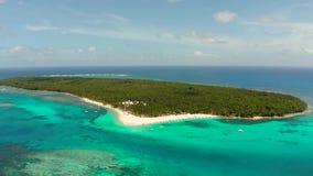 Isla tropical de Daco con una playa arenosa y los turistas almacen de video