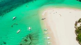 Isla tropical de Daco con una playa arenosa y los turistas almacen de metraje de vídeo