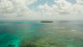 Isla tropical de Daco en el mar y el arrecife de coral almacen de metraje de vídeo