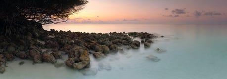Isla tropical del mar del paisaje del amanecer del panorama Imagen de archivo