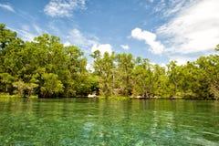 Isla tropical del paraíso de la turquesa de la laguna de Siladen imagenes de archivo