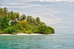 Isla tropical del paraíso de la turquesa de la laguna de Siladen Imágenes de archivo libres de regalías