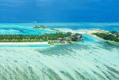 Isla tropical en Bora Bora con los chalets y el arrecife de coral del agua imagenes de archivo