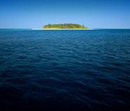 Isla tropical en el mar Fotos de archivo