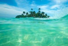 Isla tropical en el océano Imágenes de archivo libres de regalías