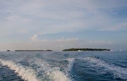 Isla tropical en el tiempo de la puesta del sol Foto de archivo libre de regalías