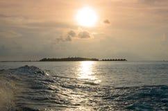Isla tropical en el tiempo de la puesta del sol Fotos de archivo