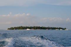 Isla tropical en el tiempo de la puesta del sol Imágenes de archivo libres de regalías