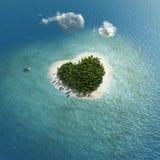 Isla tropical en forma de corazón Fotografía de archivo libre de regalías