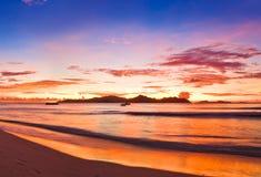Isla tropical en la puesta del sol Fotos de archivo