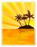 Isla tropical en la puesta del sol Fotos de archivo libres de regalías