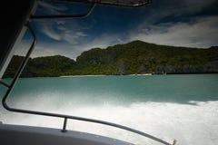 Isla tropical enmarcada por un yate Imagen de archivo