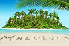 Isla tropical entera dentro del atolón en el océano y el inscrip tropicales foto de archivo