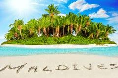 Isla tropical entera dentro del atolón en el océano y el inscrip tropicales fotografía de archivo