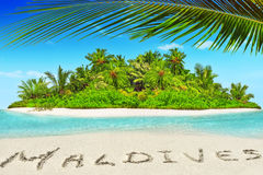 Isla tropical entera dentro del atolón en el océano y el inscrip tropicales imagen de archivo