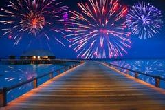 Isla tropical. Fuegos artificiales festivos del Año Nuevo Foto de archivo libre de regalías