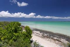 Isla tropical pacífica en laguna del agua de la turquesa Fotos de archivo