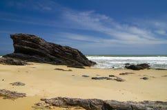 Isla tropical salvaje y orilla de mar rocosa bajo día soleado brillante Foto de archivo libre de regalías