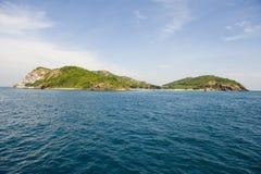 Isla rodeada por el azul foto de archivo