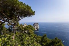 Isla y acantilados, Capri, Italia de Faraglioni Imagen de archivo libre de regalías