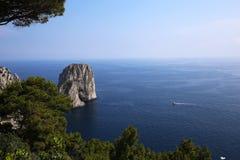 Isla y acantilados, Capri, Italia de Faraglioni Foto de archivo libre de regalías