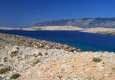 Isla y aldea, croatia, mar adriático del Pag Fotos de archivo