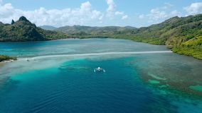 Isla y banco de arena de la serpiente rodeados por el agua baja costera del océano de la turquesa Archipiélago del EL Nido durant almacen de metraje de vídeo