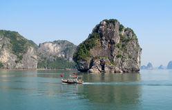 Isla y barco de la piedra caliza en el mar Imágenes de archivo libres de regalías