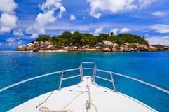Isla y barco tropicales Imagen de archivo libre de regalías