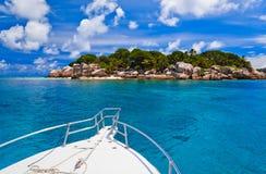 Isla y barco tropicales Imagen de archivo