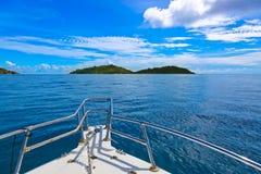 Isla y barco tropicales en Seychelles Imagenes de archivo