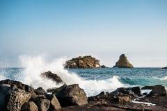 Isla y faraglione Sicilia de Acitrezza Lachea Fotos de archivo libres de regalías