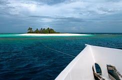 Isla y yate deshabitados fotografía de archivo