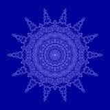 Islam, árabe, indio, adornos del otomano Ornamento del contorno aislado en fondo azul Amuleto étnico de la mandala Imagen de archivo libre de regalías