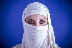 Islam, bella donna araba con il velo tradizionale sul suo fronte, Immagini Stock
