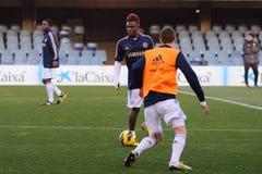 Islam Feruz leker med det Chelsea F.C. ungdomlaget Arkivfoto