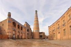 Islam Khodja Madrasah y alminar de Khodja del Islam en Ichan Kala en la ciudad de Khiva, Uzbekistán imagen de archivo libre de regalías
