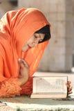 Islam, lectura Qur'an de la mujer imagenes de archivo