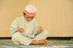 Islam, lectura Qur'an del niño foto de archivo libre de regalías