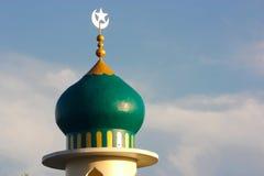 Islam-Moschee auf Wolken-Himmel stockbild
