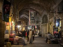 Islam que pasa debajo de una toalla formada como una cuenta de dólar americano en el bazar de Isfahán por la tarde imagen de archivo libre de regalías