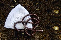 Islam y rezo a rogar, a rogar y alfombra de la manta de rezo, fotografía de archivo libre de regalías