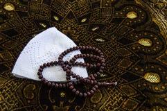 Islam y rezo a rogar, a rogar y alfombra de la manta de rezo, foto de archivo libre de regalías