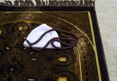 Islam y rezo a rogar, a rogar y alfombra de la manta de rezo, imágenes de archivo libres de regalías