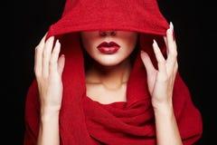 islamische Artfrau der Mode Rotes Lippenmädchen lizenzfreie stockfotografie