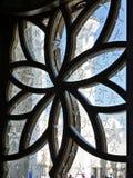 Islamische Blumengeometrie auf Fenster Stockfoto