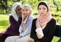 Islamische Frauen, die ihren Freund klatschen und einschüchtern lizenzfreie stockfotos