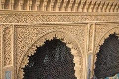 Islamische Kalligraphie und bunte geometrische Muster Stockfoto