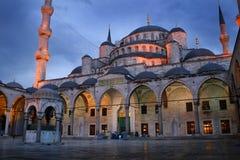 Islamische Moschee nachts Lizenzfreie Stockfotografie